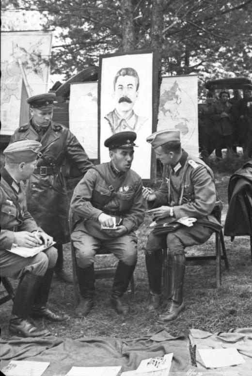 Photo prise en septembre 1939 en Pologne. Discussions entre soldats allemands et soviétiques à Brest-Litovsk. L'armée allemande se prépare alors à quitter la ville qui doit intégrer la zone d'occupation soviétique en Pologne suivant les accords du pacte Molotov-Ribentrop.