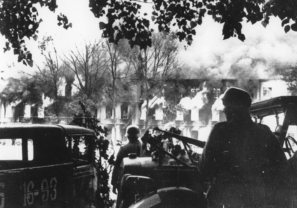 Soldats allemands combattant dans Smolensk, en flammes.