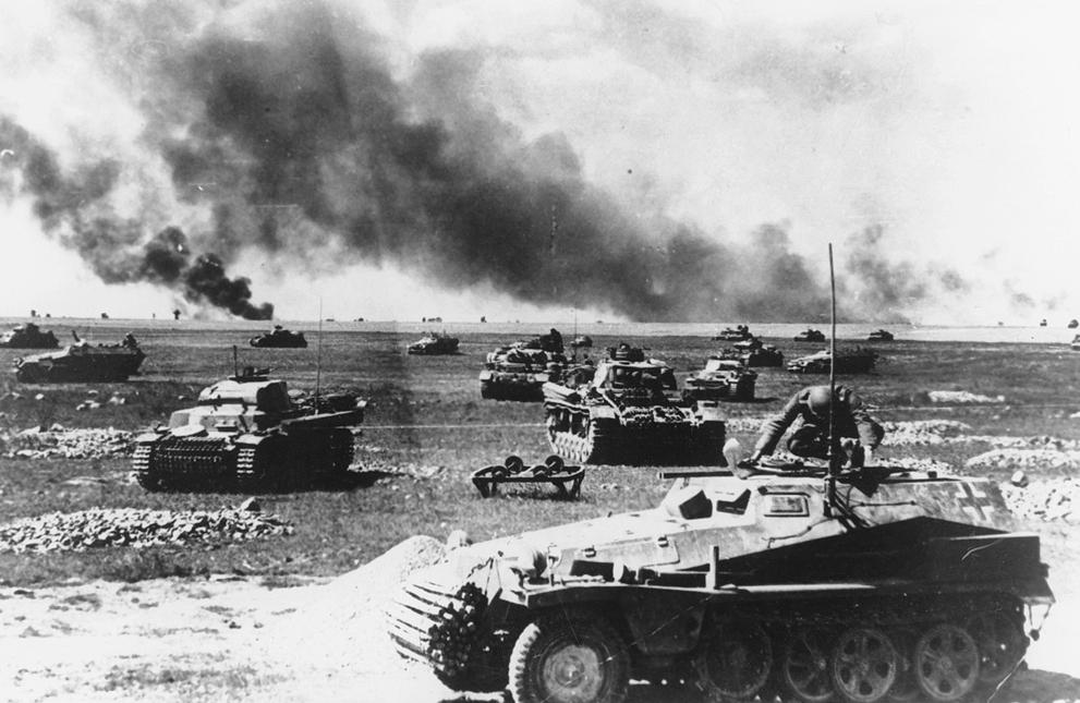 Colonne de panzers attendant la reprise de l'offensive. On observe à gauche un Panzer II (char léger déjà obsolète en 1941), à droite un Panzer III (principal char moyen) et au centre un semi-chenillé.