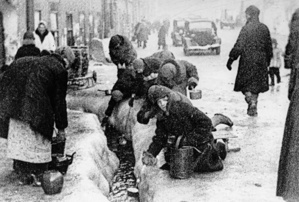 Durant l'hiver 1941, les habitants brisent la glace pour puiser de l'eau. Les populations civiles seront les grandes victimes de cet affrontement titanesque.