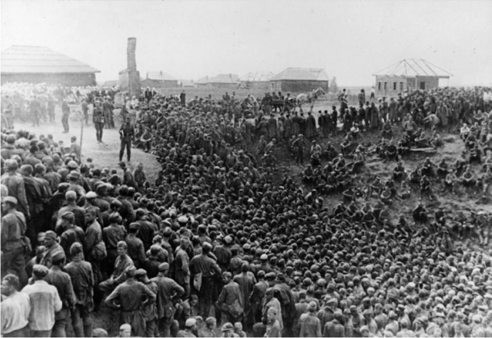 Prisonniers russes emmenés en captivité. Jusqu'en 1945, 5 millions de Soviétiques seront faits prisonniers et moins de la moitié reviendra des camps de concentration. Accusés de lâcheté à leur retour en URSS, la plupart des survivants seront déportés en Sibérie.