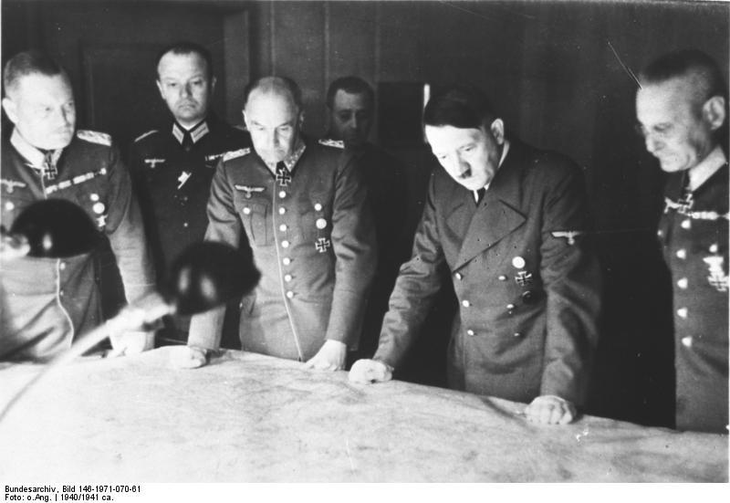 Adolf Hitler dans son quartier général, pendant la préparation de l'Opération Barbarossa, entouré de son état-major : les généraux Wilhelm Keitel, Walther Brauchitsch, et Franz Halder.