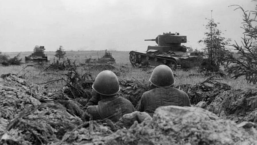 Soldats soviétiques retranchés à proximité de Smolensk en aout 1941. On observe au second plan un char léger T-26.