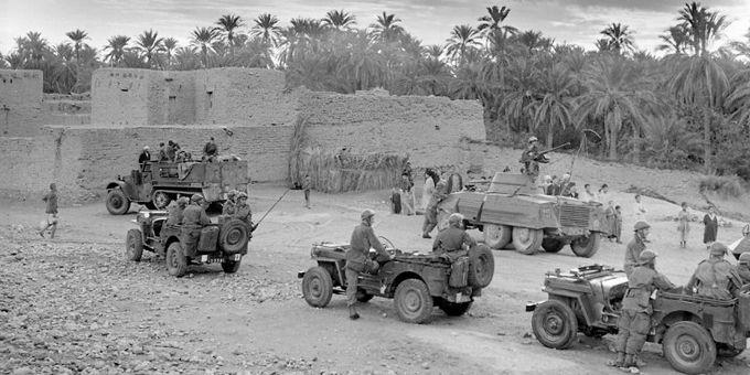 L'armée française mène des opérations de ratissages dans les Aurès en 1955.