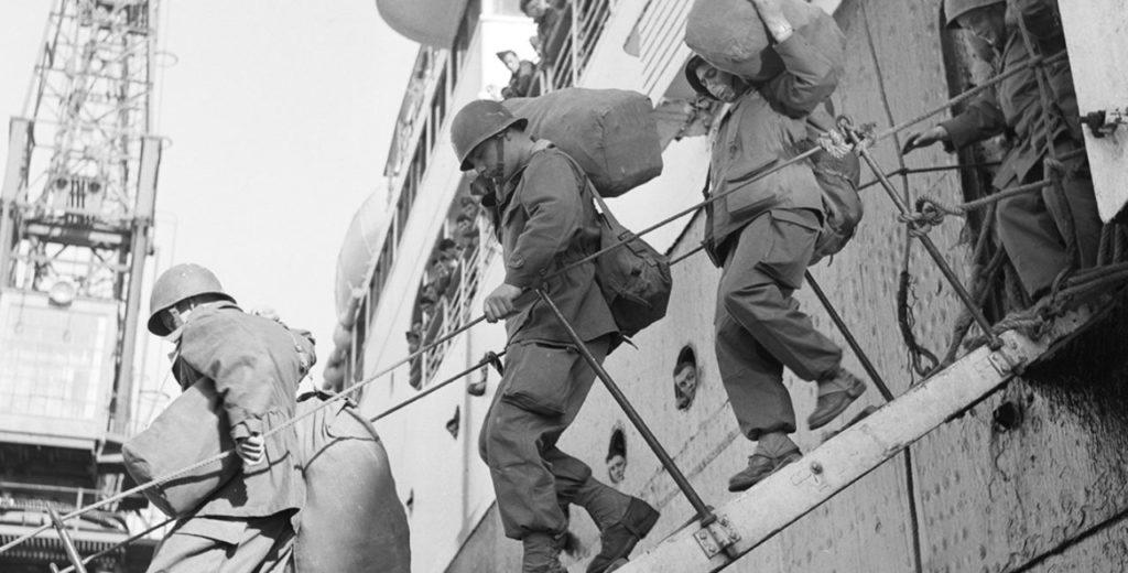 Soldats du contingent arrivant dans le port d'Alger après la décision du gouvernement de Guy Mollet en 1956.