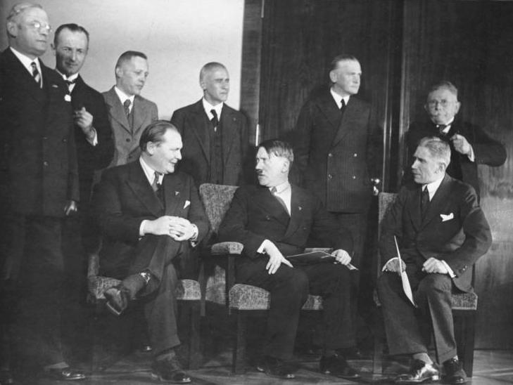 Gouvernement d'Hitler en janvier 1933: Au premier rang : Hermann Göring, Adolf Hitler, Franz Von Papen. Pour donner l'impression de jouer le jeu parlementaire, Hitler et Göring ont revêtu une tenue civile.