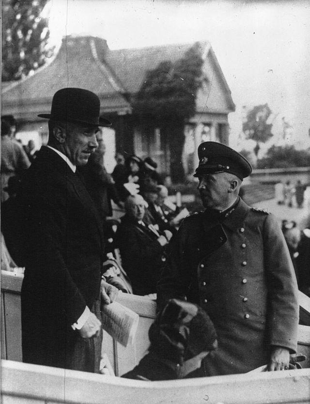 Von Papen et le général Von Schleicher en 1932. Bien que Schleicher soit ministre de la Défense dans le gouvernement de Papen, il ne tarde pas à se présenter en successeur potentiel.