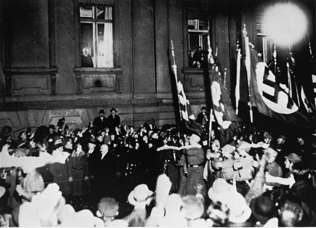 A la fenêtre du palais de la Présidence, le vieux maréchal Hindenburg contemple les SA qui défilent victorieusement dans Berlin.